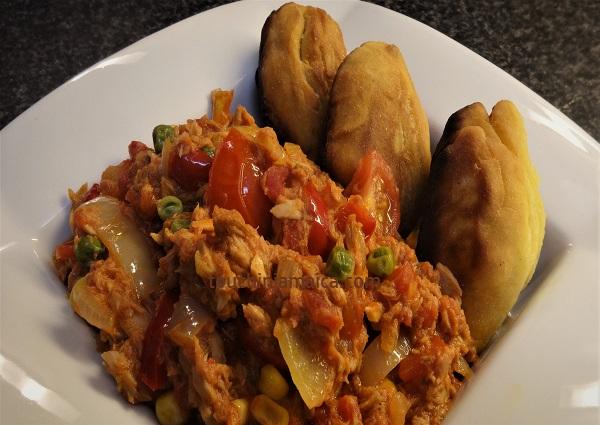 Dutty Gal Jamaikanisches Fisch-Gericht mit Festival als Beilage